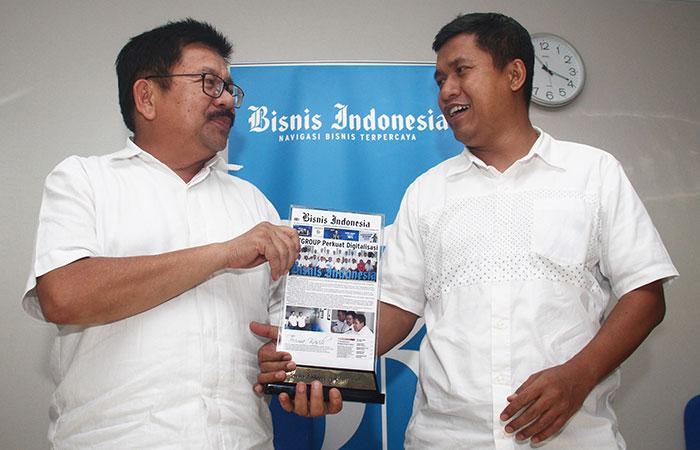 Chief of Corporate Communication and CSR FIFGROUP Yulian Warman (kiri) menerima cendera mata dari Pemimpin Redaksi Bisnis Indonesia Hery Trianto memberikan penjelasan saat berkunjung ke kantor Redaksi Bisnis Indonesia di Jakarta, Selasa (19/11/2019). FIFGROUP menargetkan penyaluran pembiayaan hingga Rp39 triliun-Rp41 triliun sepanjang 2019 atau tumbuh sekitar 3%-7% dibandingkan dengan realisasi pembiayaan tahun lalu senilai Rp38 triliun. Bisnis/Triawanda Tirta Aditya