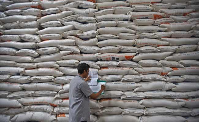 Pekerja memeriksa data beras di Gudang Bulog Sub Divisi Regional Serang di Serang, Banten, Jumat (29/11/2019). Stok beras di Gudang Bulog setempat saat ini mencapai 98.000 ton, untuk tingkat konsumsi normal memenuhi kebutuhan selama 8 bulan ke depan. ANTARA FOTO/Asep Fathulrahman