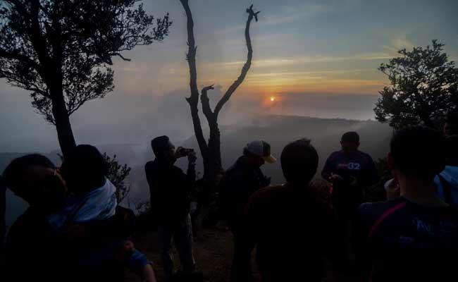 Wisatawan menikmati pemandangan matahari terbit dari Puncak Upas di Kabupaten Bandung Barat, Jawa Barat, Jumat (29/11/2019). Puncak Upas dengan ketinggian 2.093 mdpl merupakan sisi lain dari Puncak Gunung Tangkuban Parahu yang menawarkan pemandangan matahari terbit serta Kawah Upas dan Kawah Ratu. ANTARA FOTO/Raisan Al Farisi