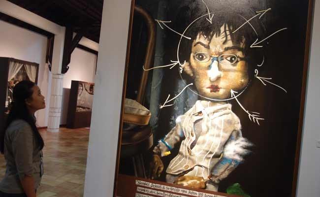 Pengunjung memperhatikan 2 lukisan lukisan berjudul Potret Diri Bagai Vampir karya perupa Pupuk DP, dalam pameran seni rupa tunggalnya bertajuk Kerak Residu, di galeri Bentara Budaya, Jakarta, Jumat (29/11/2019). Pameran Pupuk DP (Daru Purnomo), 55, lahir di Jogya, dan kuliah seni rupa di ISI Jogja ini, akan berlangsung hingga 7 Desember 2019. ANTARA FOTO/Dodo Karundeng