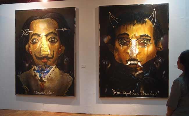 Seorang pengunjung memperhatikan 2 lukisan lukisan berjudul Potret Diri Bagai Vampir karya perupa Pupuk DP, dalam pameran seni rupa tunggalnya bertajuk Kerak Residu, di galeri Bentara Budaya, Jakarta, Jumat (29/11/2019). Pameran Pupuk DP (Daru Purnomo), 55, lahir di Jogya, dan kuliah seni rupa di ISI Jogja ini, akan berlangsung hingga 7 Desember 2019.. ANTARA FOTO/Dodo Karundeng