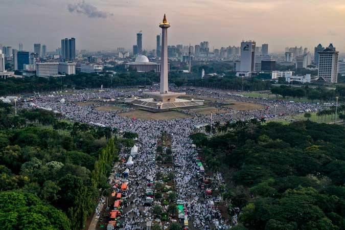 Suasana aksi reuni 212 di kawasan Monas, Jakarta, Senin (2/12/2019). Reuni tersebut digelar untuk lebih mempererat tali persatuan umat Islam dan persatuan bangsa Indonesia. ANTARA FOTO/Aruna