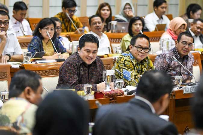 Menteri Badan Usaha Milik Negara (BUMN) Erick Thohir (depan kiri) bersama Wakil Menteri BUMN Kartika Wirjoatmodjo (depan tengah) dan Staf Khusus Menteri BUMN Arya Sinulingga (depan kanan) mengikuti rapat dengan Komisi VI DPR, di kompleks Parlemen, Jakarta, Senin (2/12/2019). Rapat tersebut membahas Penyertaan Modal Negara (PMN) pada Badan Usaha Milik Negera tahun anggaran 2019 dan 2020. ANTARA FOTO/Galih Pradipta