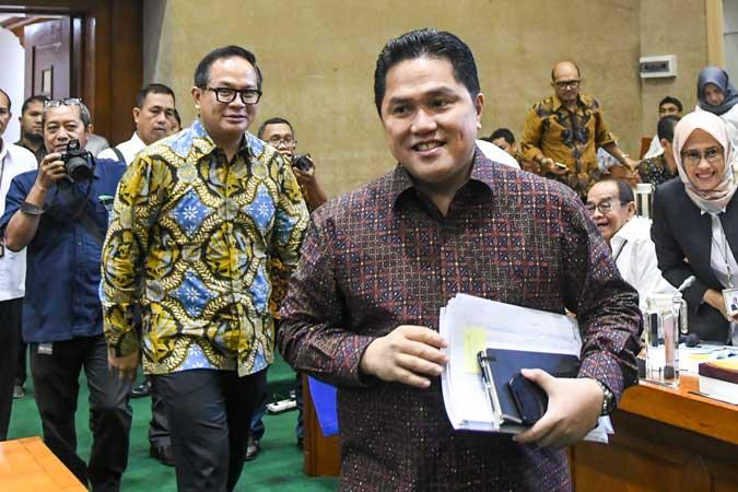 Menteri Badan Usaha Milik Negara (BUMN) Erick Thohir (kanan) bersama Wakil Menteri BUMN Kartika Wirjoatmodjo (kedua kiri) tiba di ruang komisi untuk mengikuti rapat dengan Komisi VI DPR, di kompleks Parlemen, Jakarta, Senin (2/12/2019). Rapat tersebut membahas Penyertaan Modal Negara (PMN) pada Badan Usaha Milik Negera tahun anggaran 2019 dan 2020. ANTARA FOTO/Galih Pradipta