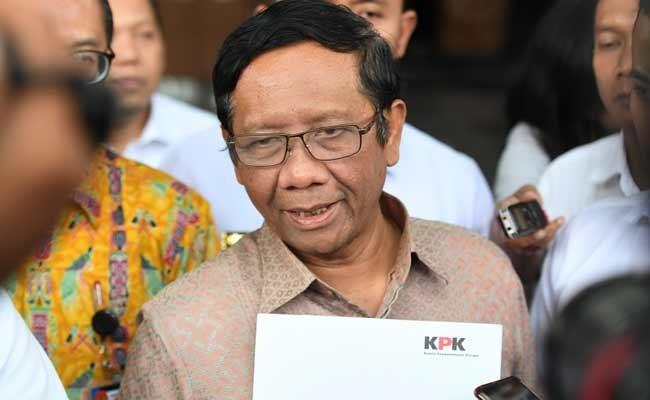 Menko Polhukam Mahfud MD menjawab pertanyaan wartawan seusai menyerahkan Laporan Harta Kekayaan Penyelenggara Negara (LHKPN) di gedung KPK, Jakarta, Senin (2/12/2019). Mahfud MD menyerahkan LHKPN setelah menjabat Menteri Koordinator Politik Hukum dan Keamanan (Menko Polhukam) dalam Kabinet Indonesia Maju. ANTARA FOTO/Hafidz Mubarak A