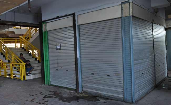 Warga beraktivitas di dekat kios-kios kosong yang disiapkan sebagai lokasi relokasi pedagang kaki lima (PKL) pakaian bekas Pasar Senen di lantai dua Pasar Kenari, Jakarta, Senin (2/12/2019). Para pedagang pakaian bekas Pasar Senen menolak dipindah ke Pasar Kenari karena khawatir sepi pembeli di lokasi yang baru. ANTARA FOTO/Aditya Pradana Putra