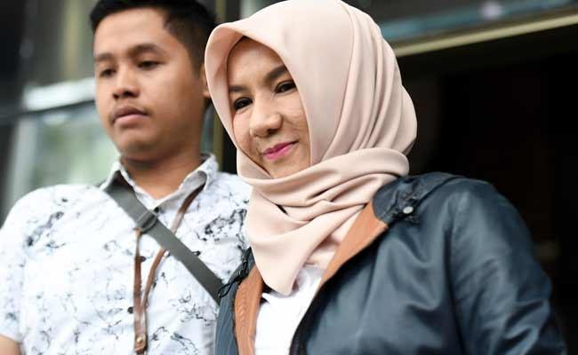 Mantan Bupati Kutai Kartanegara Rita Widyasari (kanan) berjalan meninggalkan gedung KPK usai diperiksa di Jakarta, Senin (2/12/2019). Rita Widyasari diperiksa KPK sebagai saksi dalam kasus Tindak Pidana Pencucian Uang dengan tersangka mantan anggota DPRD Kutai Kartanegara Khairudin. ANTARA FOTO/Hafidz Mubarak A.