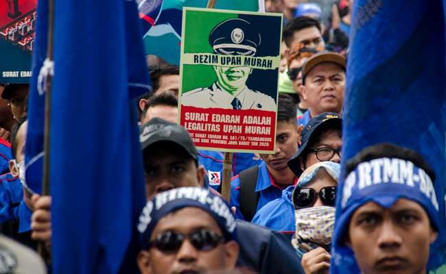 Massa yang tergabung dalam Aliansi Serikat Pekerja Buruh Jawa Barat melakukan aksi unjuk rasa di depan Gedung Sate, Bandung, Jawa Barat, Senin (2/11/2019). Mereka mendesak untuk pencabutan salah satu poin Surat Keputusan Gubernur tentang ketetapan UMK Jawa Barat tahun 2020 yang dianggap masih menguntungkan pihak perusahaan dan merugikan pekerja atau buruh. ANTARA FOTO/Novrian Arbi