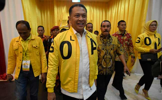 Wakil Koordinator Bidang (Wakorbid) Pratama Partai Golkar Bambang Soesatyo tiba untuk menyerahkan berkas pendaftaran bakal calon ketua umum (caketum) Partai Golkar di DPP Partai Golkar, Jakarta, Senin (2/12/2019). Partai Golkar akan melaksanakan Musyawarah Nasional (Munas) pada 3 Desember 2019 dengan salah satu agendanya pemilihan ketua umum periode 2019-2024. ANTARA FOTO/Puspa Perwitasari