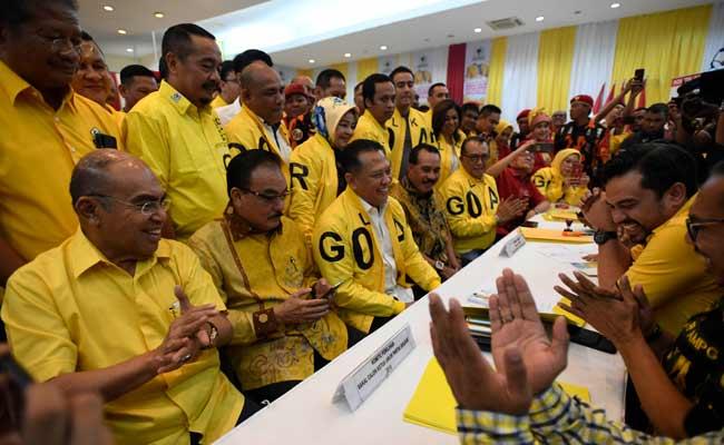 Wakil Koordinator Bidang (Wakorbid) Pratama Partai Golkar Bambang Soesatyo (ketiga kiri) menyerahkan berkas pendaftaran bakal calon ketua umum (caketum) Partai Golkar di DPP Partai Golkar, Jakarta, Senin (2/12/2019). Partai Golkar akan melaksanakan Musyawarah Nasional (Munas) pada 3 Desember 2019 dengan salah satu agendanya pemilihan ketua umum periode 2019-2024. ANTARA FOTO/Puspa Perwitasari