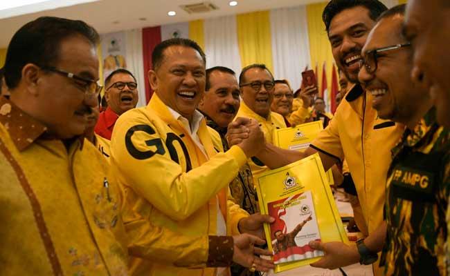 Wakil Koordinator Bidang (Wakorbid) Pratama Partai Golkar Bambang Soesatyo (kedua kiri) menyerahkan berkas pendaftaran bakal calon ketua umum (caketum) Partai Golkar kepada Ketua Komite Pemilihan Maman Abdulrahman (kedua kanan) di DPP Partai Golkar, Jakarta, Senin (2/12/2019). Partai Golkar akan melaksanakan Musyawarah Nasional (Munas) pada 3 Desember 2019 dengan salah satu agendanya pemilihan ketua umum periode 2019-2024. ANTARA FOTO/Puspa Perwitasari