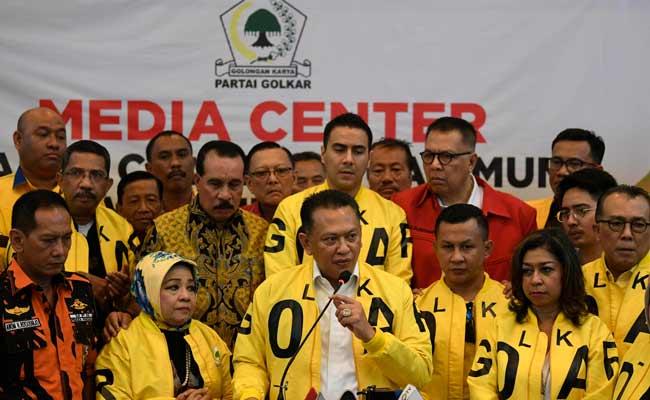 Wakil Koordinator Bidang (Wakorbid) Pratama Partai Golkar Bambang Soesatyo (tengah) menyampaikan keterangan usai menyerahkan berkas pendaftaran bakal calon ketua umum (caketum) Partai Golkar di DPP Partai Golkar, Jakarta, Senin (2/12/2019). Partai Golkar akan melaksanakan Musyawarah Nasional (Munas) pada 3 Desember 2019 dengan salah satu agendanya pemilihan ketua umum periode 2019-2024. ANTARA FOTO/Puspa Perwitasari