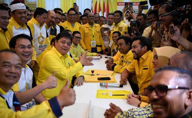 Ketua Umum Partai Golkar Airlangga Hartarto (ketiga kiri) menyerahkan berkas pendaftaran bakal calon ketua umum (caketum) Partai Golkar di DPP Partai Golkar, Jakarta, Senin (2/12/2019). Partai Golkar akan melaksanakan Musyawarah Nasional (Munas) pada 3 Desember 2019 dengan salah satu agendanya pemilihan ketua umum periode 2019-2024. ANTARA FOTO/Puspa Perwitasari