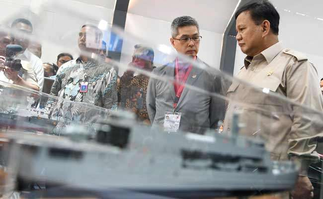 Menteri Pertahanan Prabowo (kanan) mengamati miniatur kapal perang pada pameran Industri Alat Peralatan Pertahanan dan Keamanan di Kantor Kementerian Pertahanan, Jakarta, Selasa (3/12/2019). Pameran tersebut diikuti industri Alpalhankam swasta dalam negeri yang berada di bawah Perkumpulan Industri Alpalhankam Swasta Nasional (Pinhantanas). ANTARA FOTO/M Risyal Hidayat