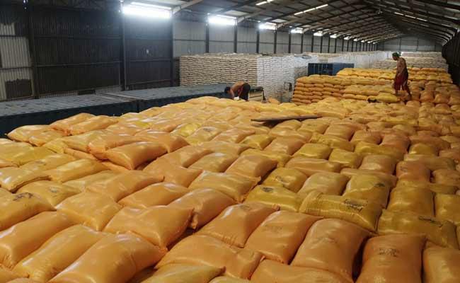 Pekerja melakukan proses bongkar muat beras di Gudang Bulog Sunter Timur, Jakarta, Selasa (3/12). Direktur Operasional dan Pelayanan Publik Perum Bulog Tri Wahyudi Saleh mengatakan bahwa pihaknya telah menyalurkan stok cadangan beras pemerintah (CBP) untuk bencana alam sebanyak 4.317 ton selama kurun waktu 1 Januari-27 November 2019. Dengan asumsi harga beras di angka Rp9.000 per kilogramnya, nilai volume tersebut setara dengan Rp39 miliar. nBisnis/Himawan L Nugraha