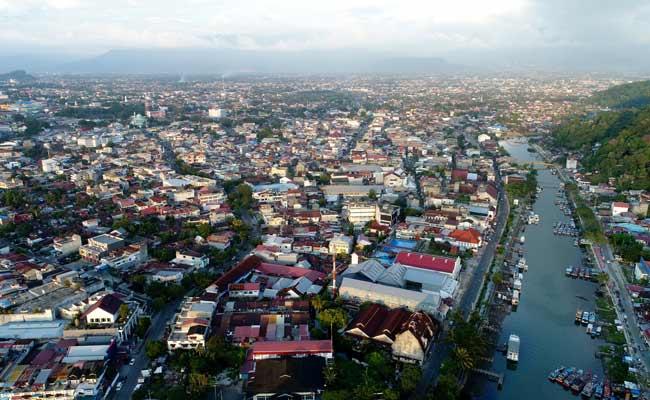 Foto udara pemukiman penduduk di Kota Padang, Sumatra Barat, Rabu (04/12). Perwakilan Bank Indonesia Sumatra Barat memperkirakan laju pertumbuhan ekonomi Sumatra Barat sepanjang tahun 2019 berada pada rentang 4,8% hingga 5,2% secara tahunan, atau lebih rendah dibandingkan 2018 yang mencapai 5,14%. Perlambatan ini disebabkan beberapa faktor seperti tren penurunan pertumbuhan investasi pihak swasta, rendahnya permintaan global maupun proteksi perdagangan internasional yang berdampak pada kinerja ekspor. Bisnis/Arief Hermawan P