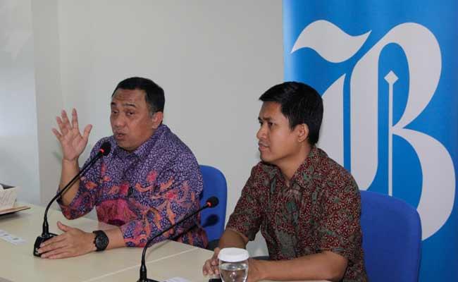 Presiden Direktur PT PP (Persero) Lukman Hidayat (kiri) didampingi Pemimpin Redaksi Bisnis Indonesia Hery Trianto memberikan pemaparan pada saat mengunjungi kantor Bisnis Indonesia di Jakarta, Kamis (5/12). Kunjungan tersebut bertujuan untuk membangun kerja sama antara kedua belah pihak. Bisnis/Himawan L Nugraha