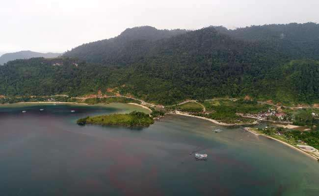 Pemandangan perairan pantai Mandeh di kawasan Koto XI Tarusan, Kabupaten Pesisir Selatan, Sumatra Barat, Kamis (5/12). Lokasi yang berjarak sekitar 50km dari kota Padang tersebut menjadi salah satu tujuan wisata favorit baru di Sumatra Barat, pasca diselesaikannya jalan akses sepanjang 41km pada akhir 2018. Bisnis/Arief Hermawan P