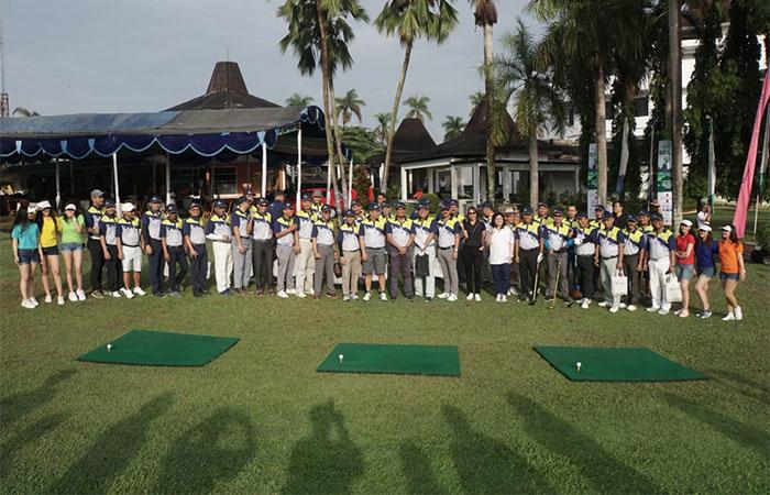 Peserta berfoto bersama saat pembukaan The Royale Bisnis Indonesia Year End Golf Tournament di Cilegon, Sabtu (7/12/2019). Turnamen golf akhir tahun yang mempertandingkan di antaranya keterampilan nearest to the line, nearest to the pin, best 123 flight A-B-C, best nett overall, dan best gross overall tersebut diadakan dalam rangka memperingati HUT ke-34 Bisnis Indonesia yang bekerja sama dengan The Royale Krakatau Golf Cilegon. Bisnis/Himawan L Nugraha