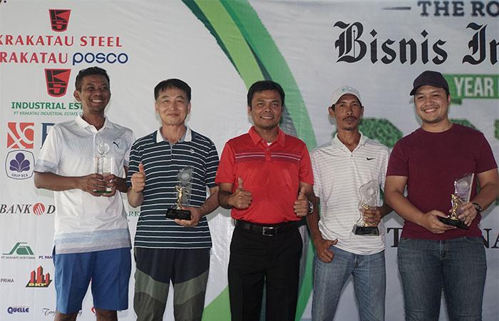 Direktur PT Krakatau Industrial Estate Cilegon (KIEC) Dazul Herman (tengah) berfoto dengan pemenang The Royale Bisnis Indonesia Year End Golf Tournament di Cilegon, Sabtu (7/12/2019). Turnamen golf akhir tahun yang mempertandingkan di antaranya keterampilan nearest to the line, nearest to the pin, best 123 flight A-B-C, best nett overall, dan best gross overall tersebut diadakan dalam rangka memperingati HUT ke-34 Bisnis Indonesia yang bekerja sama dengan The Royale Krakatau Golf Cilegon. Bisnis/Himawan L Nugraha