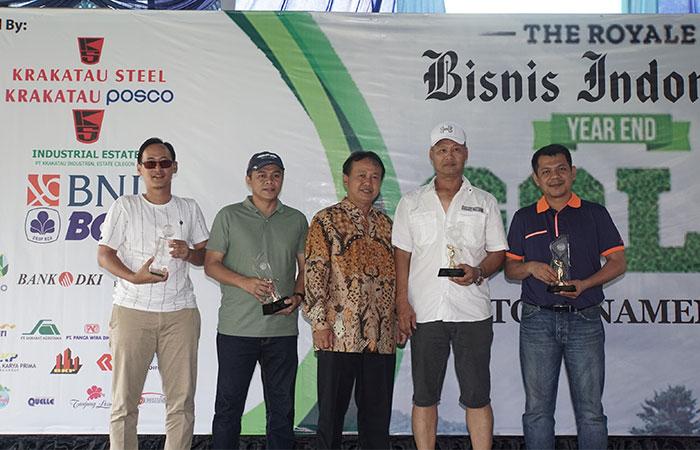 Direktur PT Krakatau Industrial Estate Cilegon (KIEC) Akmaludin (tengah) berfoto dengan pemenang The Royale Bisnis Indonesia Year End Golf Tournament di Cilegon, Sabtu (7/12/2019). Turnamen golf akhir tahun yang mempertandingkan di antaranya keterampilan nearest to the line, nearest to the pin, best 123 flight A-B-C, best nett overall, dan best gross overall tersebut diadakan dalam rangka memperingati HUT ke-34 Bisnis Indonesia yang bekerja sama dengan The Royale Krakatau Golf Cilegon. Bisnis/Himawan L Nugraha