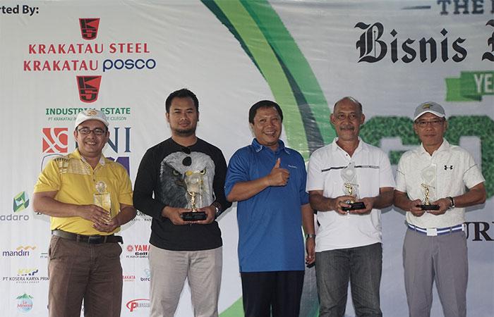 nDirektur PT Krakatau Industrial Estate Cilegon (KIEC) Iip Arief Budiman (tengah) berfoto dengan pemenang The Royale Bisnis Indonesia Year End Golf Tournament di Cilegon, Sabtu (7/12/2019). Turnamen golf akhir tahun yang mempertandingkan di antaranya keterampilan nearest to the line, nearest to the pin, best 123 flight A-B-C, best nett overall, dan best gross overall tersebut diadakan dalam rangka memperingati HUT ke-34 Bisnis Indonesia yang bekerja sama dengan The Royale Krakatau Golf Cilegon. Bisnis/Himawan L Nugraha