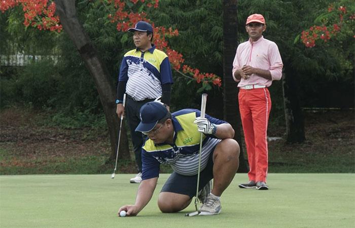 Peserta melakukan persiapan di salah satu hole saat mengikuti The Royale Bisnis Indonesia Year End Golf Tournament di Cilegon, Sabtu (7/12/2019). Turnamen golf akhir tahun yang mempertandingkan di antaranya keterampilan nearest to the line, nearest to the pin, best 123 flight A-B-C, best nett overall, dan best gross overall tersebut diadakan dalam rangka memperingati HUT ke-34 Bisnis Indonesia yang bekerja sama dengan The Royale Krakatau Golf Cilegon. Bisnis/Himawan L Nugraha