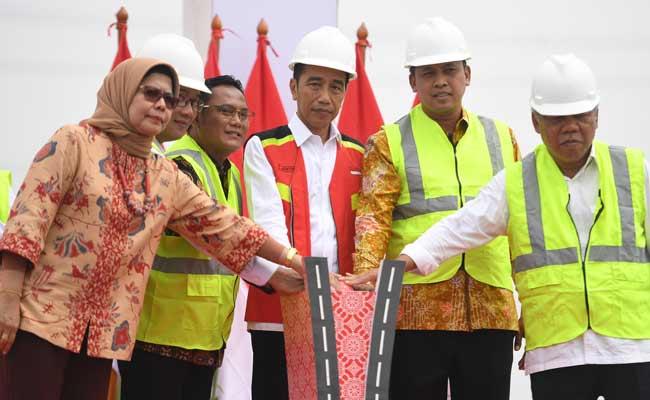 Presiden Joko Widodo (tengah) meresmikan Jalan Tol Layang Jakarta-Cikampek di KM 38, Cikarang, Bekasi, Jawa Barat, Kamis (12/12/2019). Jalan tol tersebut akan dibuka untuk mendukung arus lalu lintas libur Natal 2019 dan Tahun Baru 2020. ANTARA FOTO/Akbar Nugroho Gumay