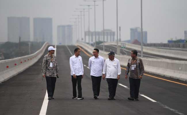 Presiden Joko Widodo (kedua kiri) didampingi Gubernur Jawa Barat Ridwan Kamil (tengah), Menteri PUPR Basuki Hadimuljono (kedua kanan), Dirut KCIC Chandra Dwiputra (kiri) dan Dirjen Perkeretaapian Zulfikri (kanan) berjalan usai meresmikan Jalan Tol Layang Jakarta-Cikampek di Bekasi, Jawa Barat, Kamis (12/12/2019). Tol tersebut akan dibuka untuk mendukung arus lalu lintas libur Natal 2019 dan Tahun Baru 2020. ANTARA FOTO/Akbar Nugroho Gumay