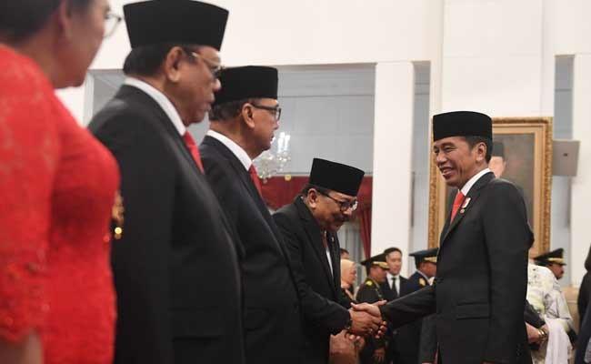 Presiden Joko Widodo (kanan) berjabat tangan dengan Anggota Dewan Pertimbangan Presiden (Wantimpres) Soekarwo (ketiga kiri) disaksikan Anggota Wantimpres Agung Laksono (kedua kiri) dan Sidharto Danusubroto (ketiga kiri) usai pelantikan di Istana Merdeka, Jakarta, Jumat (13/12/2019). Presiden resmi melantik sembilan orang Wantimpres periode 2019-PELANTIKAN DEWAN PERTIMBANGAN PRESIDEN2024. ANTARA FOTO/Akbar Nugroho Gumay