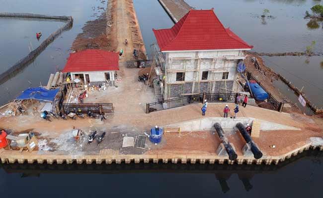 Foto udara pembangunan rumah pompa di Pantai Utara Pekalongan, Jawa Tengah, Jumat (13/12/2019). Rumah pompa yang berfungsi sebagai alat pengendali banjir dan rob tersebut berkapasitas 2.000 liter per detik per satu unit pompa dengan pencapaian progres mencapai 99,9 persen. ANTARA FOTO/Harviyan Perdana Putra