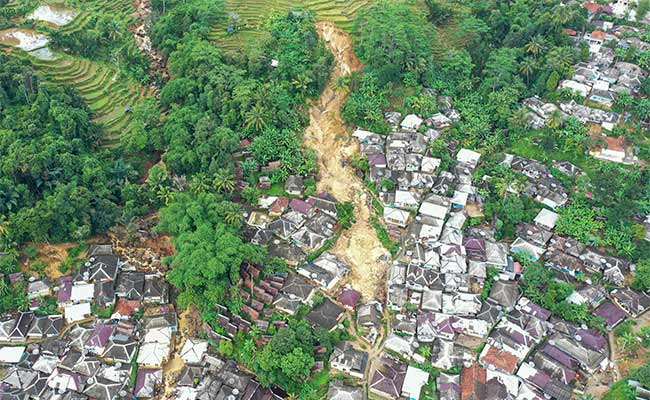 Foto areal kondisi Desa Adat Urug pascabencana tanah longsor dan banjir bandang di Kecamatan Sukajaya, Kabupaten Bogor, Jawa Barat, Jumat (10/1/2020). Desa Adat Urug merupakan salah satu wilayah yang terparah terkena longsor dan banjir bandang di Sukajaya. ANTARA FOTO/Galih Pradipta