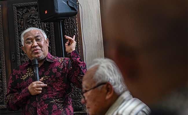 Ketua CDCC Din Syamsuddin (kiri) memberikan paparan bersama Pakar Hukum Laut Internasional Hasjim Djalal (kedua kiri), pada diksusi publik, di Jakarta, Senin (13/1/2020). Diskusi tersebut mengambil tema Kedaulatan RI atas Natuna. ANTARA FOTO/Muhammad Adimaja