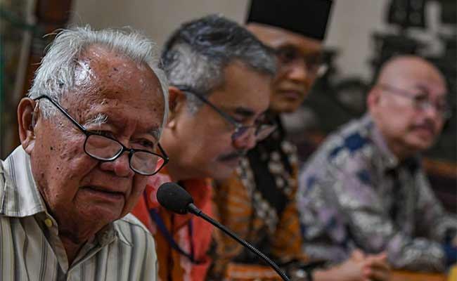 Pakar Hukum Laut Internasional Hasjim Djalal (kiri) memberikan paparan bersama Direktur Jenderal Hukum dan Perjanjian Internasional Kemenlu Damos Dumoli Agusman (kedua kiri), Anggota Komisi I DPR Sukamta (ketiga kiri) serta Pendiri dan CEO Indonesia Ocean Justice Initiative Mas Achmad Santosa, pada diksusi publik, di Jakarta, Senin (13/1/2020). Diskusi tersebut mengambil tema Kedaulatan RI atas Natuna. ANTARA FOTO/Muhammad Adimaja