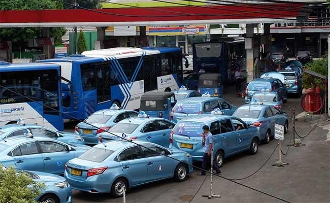 Kendaraan umum mengisi bahan bakar gas di SPBU Pertamina di Jakarta, Senin (13/1). Badan Pengatur Hilir Minyak dan Gas Bumi (BPH Migas) mencatat penyaluran bahan bakar minyak (BBM) dan LPG relatif berjalan lancar sepanjang masa Natal 2019 dan Tahun Baru 2020. Bisnis/Dedi Gunawan