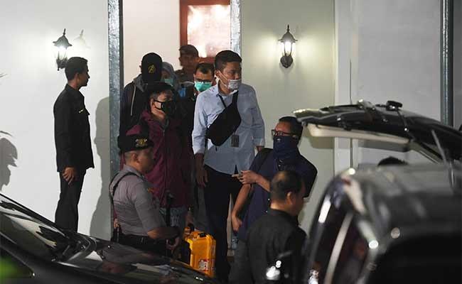 Penyidik KPK membawa koper yang diduga berisi barang bukti usai menggeledah Kantor KPU Pusat di Jakarta, Senin (13/1/2020). Penggeledahan itu dilakukan untuk penyidikan kasus dugaan suap terhadap Komisioner KPU Wahyu Setiawan. ANTARA FOTO/Akbar Nugroho Gumay