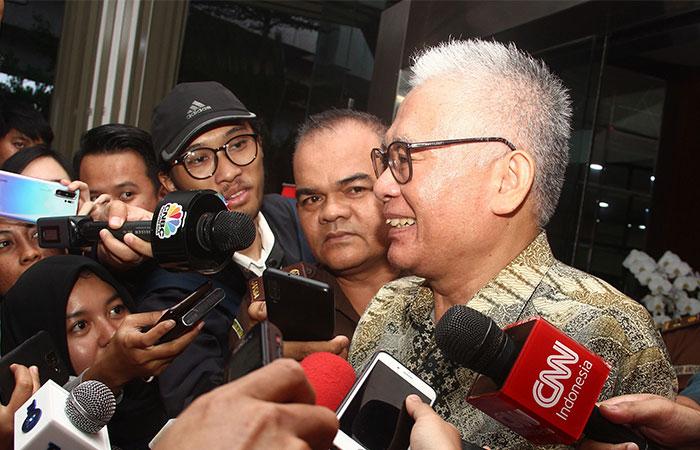 Direktur PT Pan Arcadia Asset Management Irawan Gunari memberikan penjelasan kepada awak media seusai diperiksa oleh tim penyidik Kejaksaan Agung di Jakarta, Rabu (15/1/2020). Irawan Gunari diperiksa sebagai saksi dalam kasus dugaan tindak pidana korupsi PT Asuransi Jiwasraya yang ditaksir merugikan keuangan negara sebesar Rp13,7 triliun. Bisnis/Triawanda Tirta Aditya