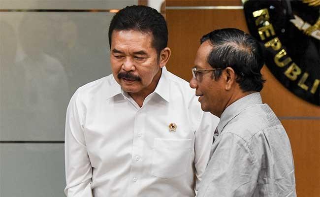 Menko Polhukam Mahfud MD (kanan) berbincang dengan Jaksa Agung ST Burhanuddin (kiri) seusai memberikan keterangan seusai melakukan pertemuan di Kemenko Polhukam, Jakarta, Rabu (22/1/2020). Pertemuan Menko Polhukam dan Jaksa Agung itu membahas tentang pelanggaran HAM di masa lalu, penanganan kasus korupsi di Jiwasraya dan Asabri, dan kasus pelajar yang membunuh begal di Malang, Jawa Timur. ANTARA FOTO/Hafidz Mubarak A