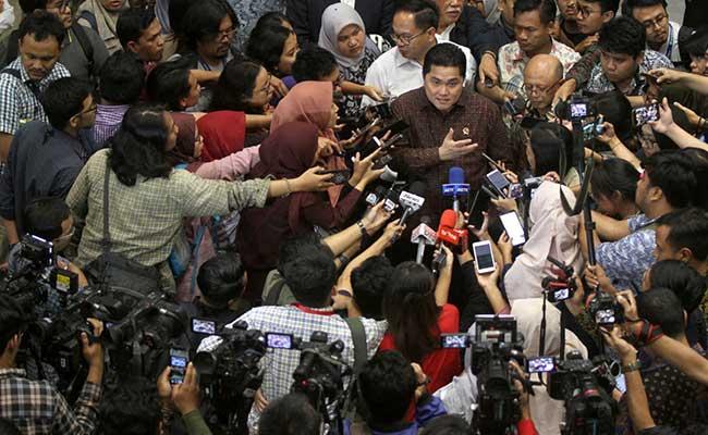 Menteri BUMN Erick Thohir (tengah) didampingi Wakil Menteri BUMN Kartika Wirjoatmodjo (kiri) dan Direktur Utama PT Asuransi Jiwasraya (Persero) Hexana Tri Sasongko (kanan) menjawab pertanyaan awak media seusai rapat kerja bersama Panitia Kerja (Panja) Jiwasraya di Komisi VI DPR, Kompleks Parlemen, Jakarta, Rabu (29/1). Rapat yang berlangsung tertutup tersebut membahas kelanjutan penanganan kasus Jiwasraya dan untuk mendapatkan informasi secara rinci terkait masalah tersebut. Bisnis/Arief Hermawan Pn