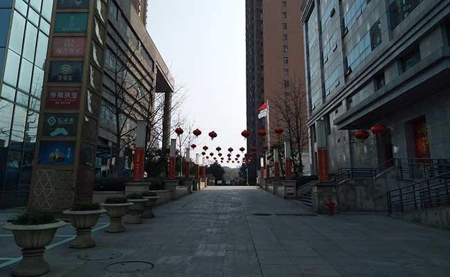 Jalan kosong terlihat di Wuhan, provinsi Hubei, China, Rabu (29/1/2020).Pihak berwenang China mengumumkan 132 orang tewas akibat virus corona. Semuanya di daratan China. Instagram/emilia via Reuters