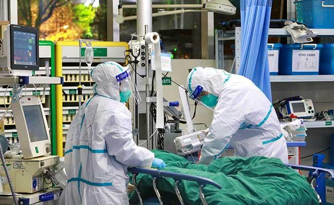 Tenaga medis menggunakan pakaian pelindung khusus saat merawat pasien yang terinfeksi virus corona di Rumah Sakit Zhongnan, Universitas Wuhan, di Wuhan, Provinsi Hubei, China Selasa (28/1/ 2020). Pihak berwenang China mengumumkan 132 orang tewas akibat virus corona. Semuanya di daratan China. China Daily via Reuters