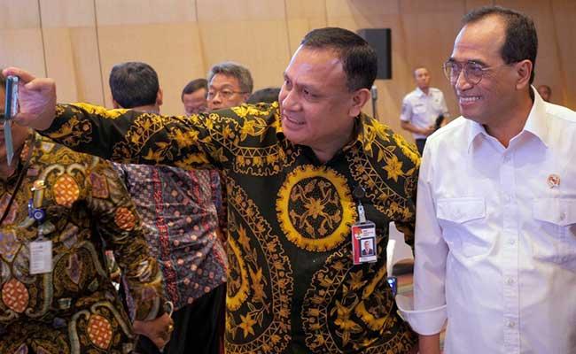nMenteri Perhubungan Budi Karya Sumadi (kanan) berswafoto dengan Ketua Komisi Pemberantasan Korupsi (KPK) Firli Bahuri di sela-sela pencanangan komitmen pembentukan zona integritas di Kementrian Perhubungan di Jakarta, Kamis (13/2/2020). Kegiatan tersebut  sebagai upaya pencegahan korupsi antara lain penguatan sistem pengawasan internal, penguatan aparatur pengawas pemerintah. Bisnis/Dedi Gunawan