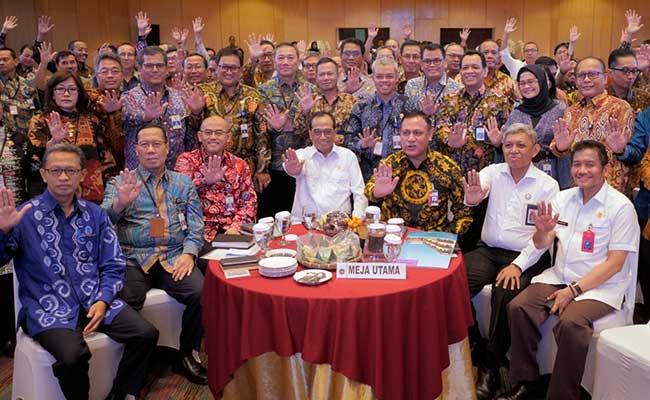 Menteri Perhubungan Budi Karya Sumadi (tengah), Ketua Komisi Pemberantasan Korupsi (KPK) Firli Bahuri (ketiga kanan) berfoto bersama dengan pejabat di Kementrian Perhubungan seusai pencanangan komitmen pembentukan zona integritas di Jakarta, Kamis (13/2/2020). Kegiatan tersebut sebagai upaya pencegahan korupsi antara lain penguatan sistem pengawasan internal, penguatan aparatur pengawas pemerintah. Bisnis/Dedi Gunawan