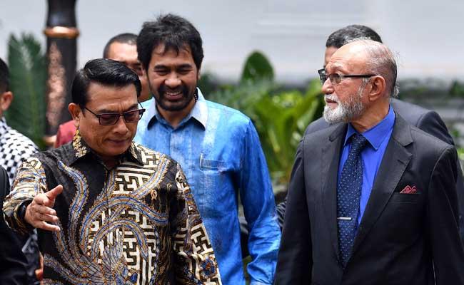 Kepala Staf Kepresidenan Moeldoko (kiri) berjalan bersama mantan petinggi Gerakan Aceh Merdeka (GAM) Malik Mahmud Al Haythar (kanan) dan Muzakir Manaf (tengah) seusai bertemu Presiden Joko Widodo di Kompleks Istana Kepresidenan, Jakarta, Kamis (13/2/2020). Pertemuan tersebut membahas soal perjanjian Helsinki yang merupakan perjanjian perdamaian antara RI dengan GAM yang ditandatangani di Finlandia pada 15 Agustus 2005 lalu untuk menyelesaikan konflik di Aceh. ANTARA FOTO/Sigid Kurniawan