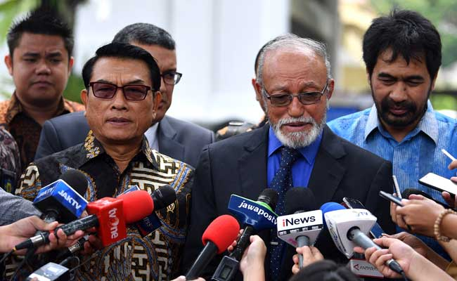 Kepala Staf Kepresidenan Moeldoko (kedua kiri) bersama mantan petinggi Gerakan Aceh Merdeka (GAM) Malik Mahmud Al Haythar (kedua kanan) dan Muzakir Manaf (kanan) memberikan keterangan pers seusai bertemu Presiden Joko Widodo di Kompleks Istana Kepresidenan, Jakarta, Kamis (13/2/2020). Pertemuan tersebut membahas soal perjanjian Helsinki yang merupakan perjanjian perdamaian antara RI dengan GAM yang ditandatangani di Finlandia pada 15 Agustus 2005 lalu untuk menyelesaikan konflik di Aceh. ANTARA FOTO/Sigid Kurniawan