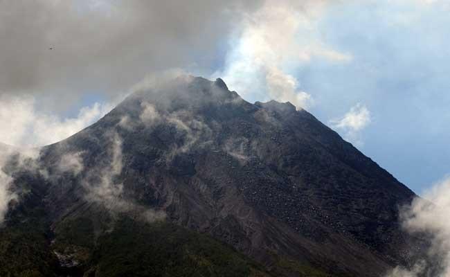 Gunung Merapi mengeluarkan asap putih pascaletusan terlihat di Jrakah, Selo, Boyolali, Jawa Tengah, Kamis (13/2/2020). Berdasarkan data Balai Penyelidikan dan Pengembangan Teknologi Kebencanaan Geologi (BPPTKG) telah terjadi erupsi Gunung Merapi pada Kamis (13/2/2020) pukul 05.16 WIB dengan tinggi kolom erupsi 2.000 meter. ANTARA FOTO/Aloysius Jarot Nugroho