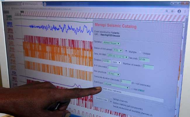 Petugas pos pengamatan Gunung Merapi menunjukkan rekaman seismograf aktivitas Gunung Merapi pada pukul 05.16 WIB di Jrakah, Selo, Boyolali, Jawa Tengah, Kamis (13/2/2020). Berdasarkan data Balai Penyelidikan dan Pengembangan Teknologi Kebencanaan Geologi (BPPTKG) telah terjadi erupsi Gunung Merapi pada Kamis (13/2/2020) pukul 05.16 WIB dengan tinggi kolom erupsi 2.000 meter. ANTARA FOTO/Aloysius Jarot Nugroho