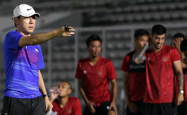 Pelatih Timnas Indonesia Shin Tae-Yong memimpin latihan perdana di Stadion nMadya, Senayan, Jakarta, Jumat (14/2/2020). Pemusatan latihan ini menjadi bagian dari persiapan timnas menghadapi pertandingan lanjutan kualifikasi Piala Dunia 2022 melawan Thailand dan Uni Emirat Arab. Bisnis/Eusebio Chrysnamurti