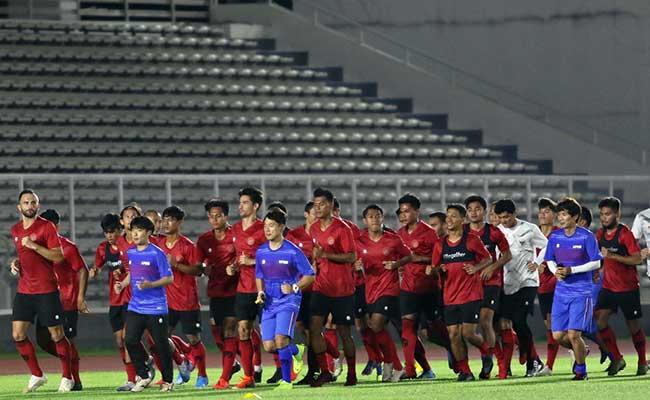 Sejumlah pesepak bola timnas Indonesia mengikuti latihan perdana di Stadion nMadya, Senayan, Jakarta, Jumat (14/2/2020). Pemusatan latihan ini menjadi nbagian dari persiapan timnas menghadapi pertandingan lanjutan kualifikasi Piala nDunia 2022 melawan Thailand dan Uni Emirat Arab. Bisnis/Eusebio Chrysnamurti