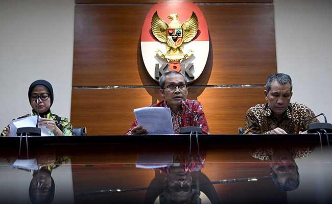 Wakil Ketua KPK Alexander Marwata (tengah) didampingi Deputi Pencegahan Pahala Nainggolan (kanan) dan Plt Jubir Pencegahan Ipi Maryati Kuding (kiri) menyampaikan paparan saat konferensi pers Kinerja Koordinasi dan Supervisi pencegahan (korsupgah) 2019 di Gedung KPK, Jakarta, Jumat (14/2/2020). Dalam kesempatan tersebut menyampaikan unit Korsupgah mendorong pemerintah daerah menyelamatkan potensi kerugian negara sebesar Rp18 triliun selama tahun 2019. ANTARA FOTO/M Risyal Hidayat